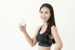 Młoda Azjatycka kobieta pije szkło woda dalej w czarnym sportswear obraz stock