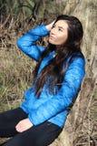 Młoda Azjatycka kobieta w Naturalnym położeniu Zdjęcia Royalty Free