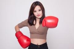 Młoda Azjatycka kobieta z czerwonymi bokserskimi rękawiczkami Obraz Stock