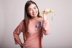 Młoda Azjatycka kobieta z pomiarową taśmą zdjęcia royalty free