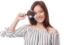 Młoda Azjatycka kobieta z powiększać - szkło Obrazy Stock