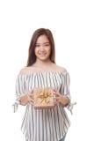 Młoda Azjatycka kobieta z prezenta pudełkiem Obrazy Stock