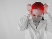 Młoda Azjatycka kobiety macania głowa i mieć silną migrenę, conc Zdjęcia Royalty Free
