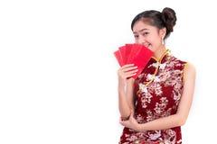 Młoda Azjatycka piękno kobieta jest ubranym cheongsam i trzyma paczkę Zdjęcie Royalty Free