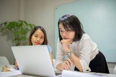 Młoda Azjatycka pracownik praca w biurze obrazy royalty free