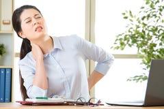 Młoda azjatykcia biznesowa kobieta z bólem w szyi zdjęcia stock