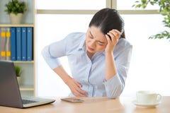 Młoda azjatykcia biznesowa kobieta z stomachache zdjęcia stock