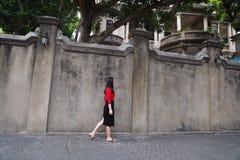 Młoda azjatykcia chińska kobieta Na wakacje w Gulangyu wyspie, Xiamen, Chiny zdjęcie stock