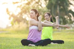 Młoda azjatykcia kobieta ćwiczy w parku Zdjęcia Stock