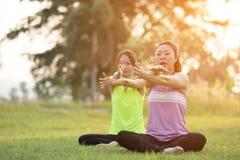 Młoda azjatykcia kobieta ćwiczy w parku Obrazy Stock