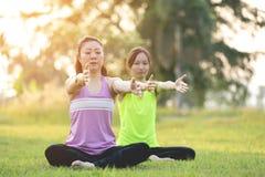 Młoda azjatykcia kobieta ćwiczy w parku Zdjęcie Royalty Free