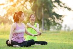 Młoda azjatykcia kobieta ćwiczy w parku Obraz Royalty Free