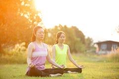Młoda azjatykcia kobieta ćwiczy w parku Zdjęcia Royalty Free