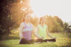 Młoda azjatykcia kobieta ćwiczy w parku Obraz Stock