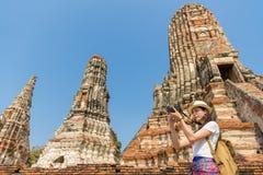Młoda azjatykcia kobieta bierze obrazki obrazy royalty free