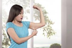 Młoda azjatykcia kobieta ciężaru strata na jej ręce Zdjęcie Stock