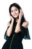 Młoda azjatykcia kobieta z hełmofonami Fotografia Royalty Free