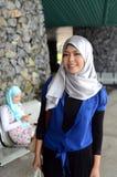 Młoda azjatykcia muzułmańska kobieta w kierowniczym szaliku fotografia royalty free