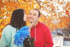 Młoda azjatykcia para w miłości i mieć jesień zabawę Zdjęcia Royalty Free