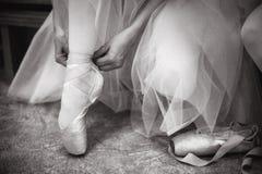 Młoda balerina jest ubranym pointe buty obraz royalty free