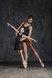 Młoda balerina pozuje z baletniczym nauczycielem w studiu zdjęcia stock