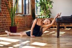 Młoda balerina robi dratwie w dancingowej sali obraz royalty free