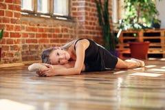 Młoda balerina robi dratwie w dancingowej sali zdjęcia royalty free