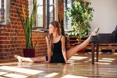 Młoda balerina robi dratwie w dancingowej sali zdjęcie stock