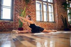 Młoda balerina robi dratwie w dancingowej sali obrazy stock