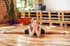 Młoda balerina robi dratwie w dancingowej sali obrazy royalty free