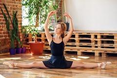 Młoda balerina robi dratwie w dancingowej sali fotografia stock