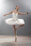 Młoda balerina w baletniczej pozy klasycznym tanu obraz royalty free