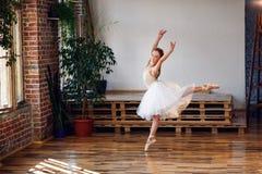 Młoda balerina w białego spódniczka baletnicy ćwiczy tanu rusza się fotografia royalty free