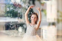 Młoda balerina w spódniczka baletnicy i pointe baletniczych butach ćwiczy tana rusza się w dancingowej sali zdjęcie royalty free