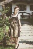 Młoda bavarian kobieta w wakacyjnym dirndl zdjęcia royalty free