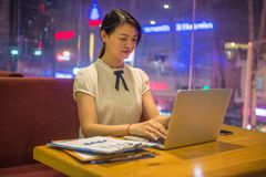 Młoda biurowa kobieta pracuje póżno Obraz Stock