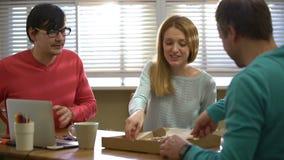 Młoda biznes drużyna bierze przerwę od pracy i je pizzę zdjęcie wideo