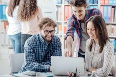 Młoda biznes drużyna dyskutuje projekt obrazy stock