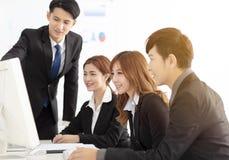 Młoda biznes drużyna dyskutuje w biurze zdjęcia royalty free