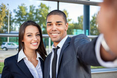 Młoda biznes drużyna outdoors bierze selfie Zdjęcia Royalty Free