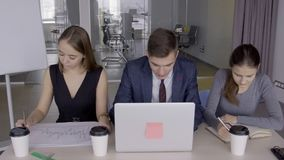 Młoda biznes drużyny praca przy biurkiem używać laptop w coworking przestrzeni zbiory wideo