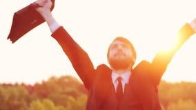 Młoda biznesmen odświętność przy wschodem słońca TARGET905_1_ Dla Radości zdjęcie wideo