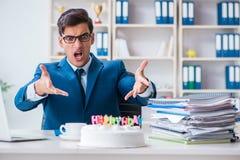 Młoda biznesmen odświętność urodzinowa w biurze samotnie Zdjęcie Royalty Free