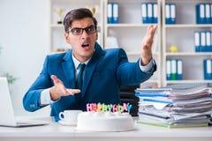 Młoda biznesmen odświętność urodzinowa w biurze samotnie Fotografia Stock