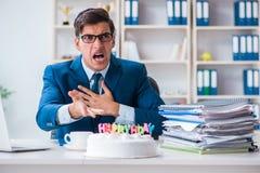Młoda biznesmen odświętność urodzinowa w biurze samotnie Obraz Royalty Free