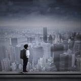 Młoda biznesmen pozycja na wierzchołku drapacz chmur fotografia royalty free