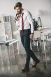 Młoda biznesmena mienia butelka whisky w biurze obrazy royalty free