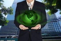 Młoda biznesmena mienia ziemi planeta w ręce Elementy to Zdjęcie Stock