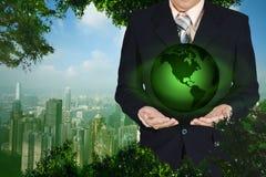 Młoda biznesmena mienia ziemi planeta w ręce Elementy to Zdjęcie Royalty Free