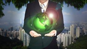 Młoda biznesmena mienia ziemi planeta w ręce Elementy to Obraz Stock